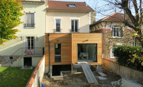 Extension moderne en bois.